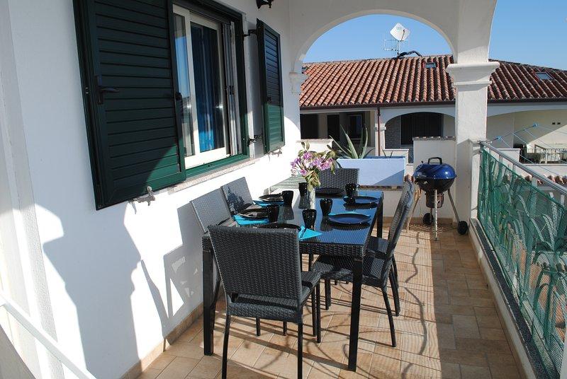 Trilocale AZZURRA con terrazza e accesso piscina, holiday rental in Marina di Orosei