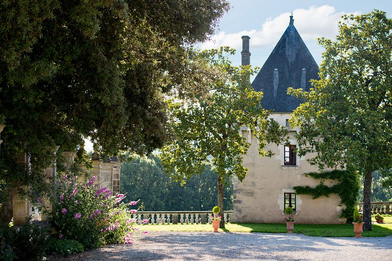 La Tour, Chateau de Charras - Magical hunting lodge, holiday rental in Puyrenier