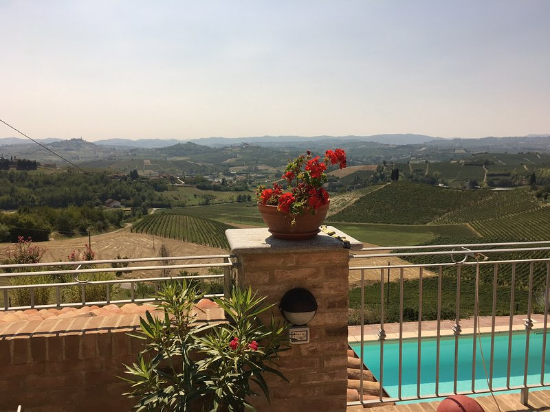 Lovely apartment in Piemonte with gorgeous view, vacation rental in Montegrosso d'Asti