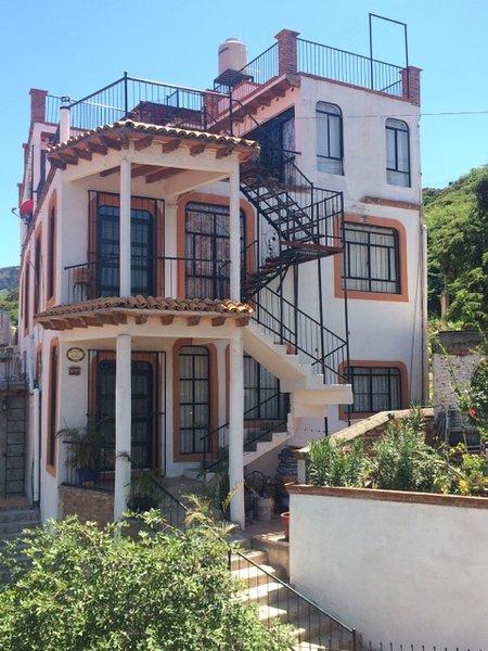 El frente de toda la casa que muestra los tres niveles.