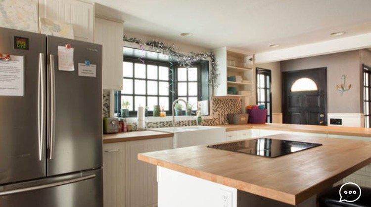 Belle cuisine de campagne avec surdimensionné évier de ferme, machine à café, tous les équipements et appareils