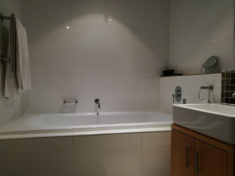 Cuarto de baño completo con calentador de toallas