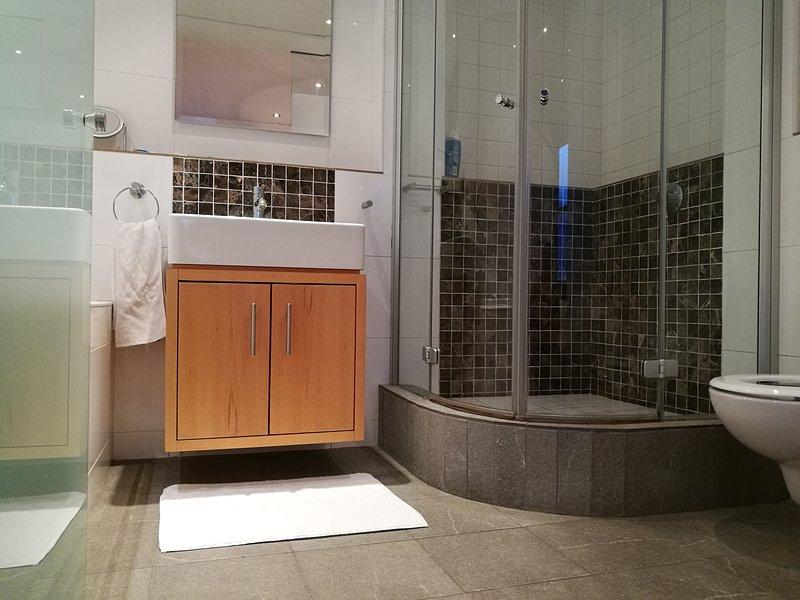 Cuarto de baño completo, ducha y bañera.
