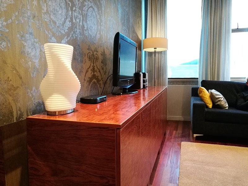 Salón aparador con TV, luz lateral y DSTV y mini HiFi