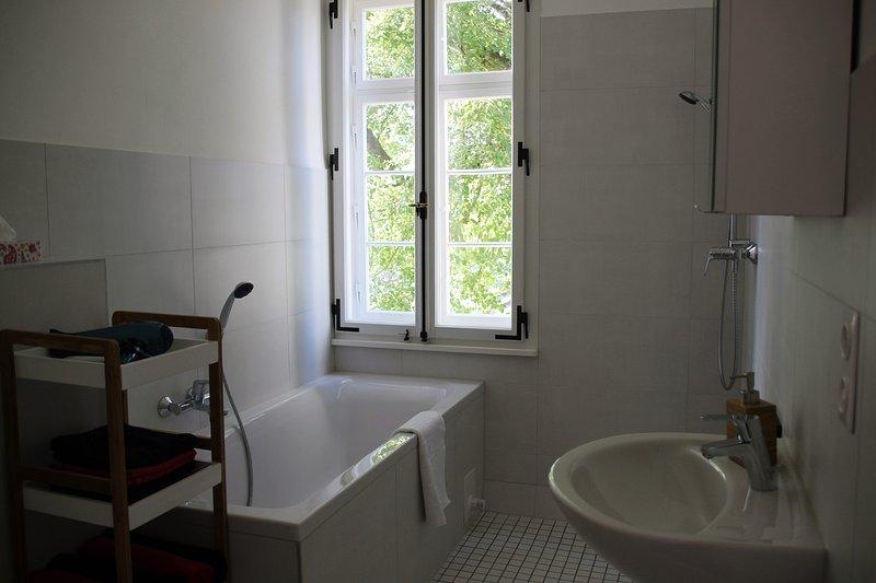 Badrum: badkar, handfat, dusch, hand-u. Badlakan, tvål och toalettpapper