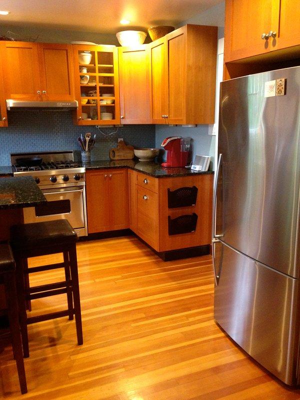 Una cocina completa, con todas las comodidades del hogar.