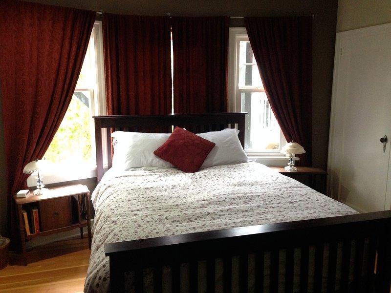 El dormitorio principal en planta principal, la elegancia tranquilo, tranquilo, y un colchón cómodo.