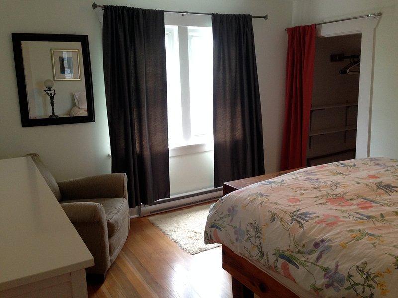 dormitorio con cama confortable, con orientación sur.