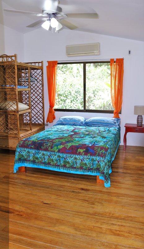 Arriba, dormitorio con baño privado 1