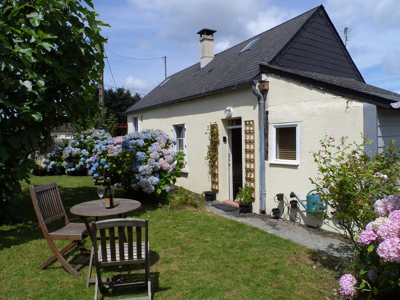 Peaceful detached cottage, countryside views, aluguéis de temporada em Saint-Fraimbault