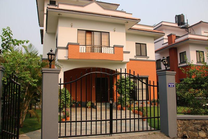 Das Ferienhaus mit schönem Garten ist geräumig und liebevoll ausgestattet., vacation rental in Pachbhaiya