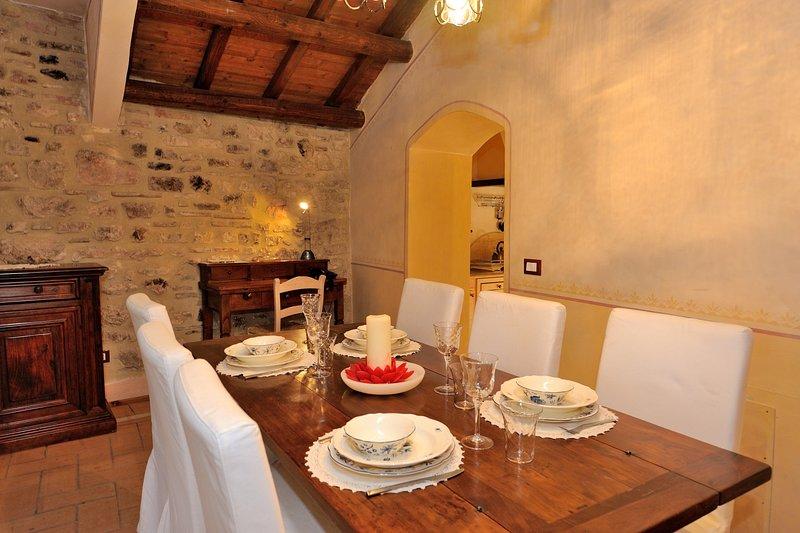 Woonkamer met grote tafel en stoelen