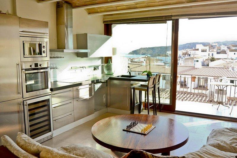 Romantic modern flat with incredible views, alquiler de vacaciones en Cadaqués