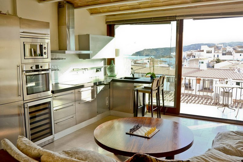Romantic modern flat with incredible views, alquiler vacacional en Cadaqués