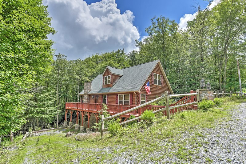 Spacious Beech Mountain Log Cabin w/Private Patio!, holiday rental in Beech Mountain