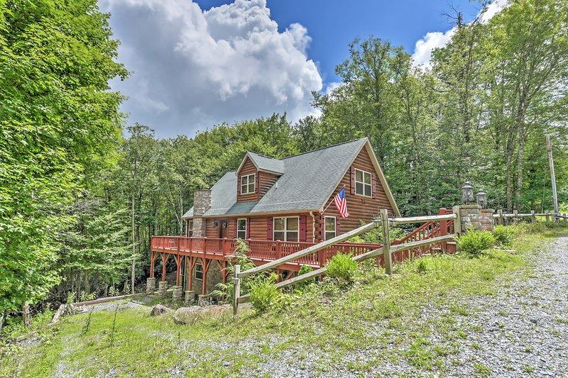 Spacious Beech Mountain Log Cabin w/Private Patio!, location de vacances à Beech Mountain