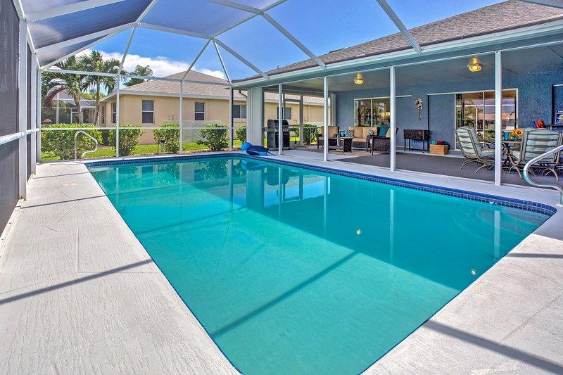 Desfrute de um mergulho no blindado na piscina privada neste refúgio Cape Coral!