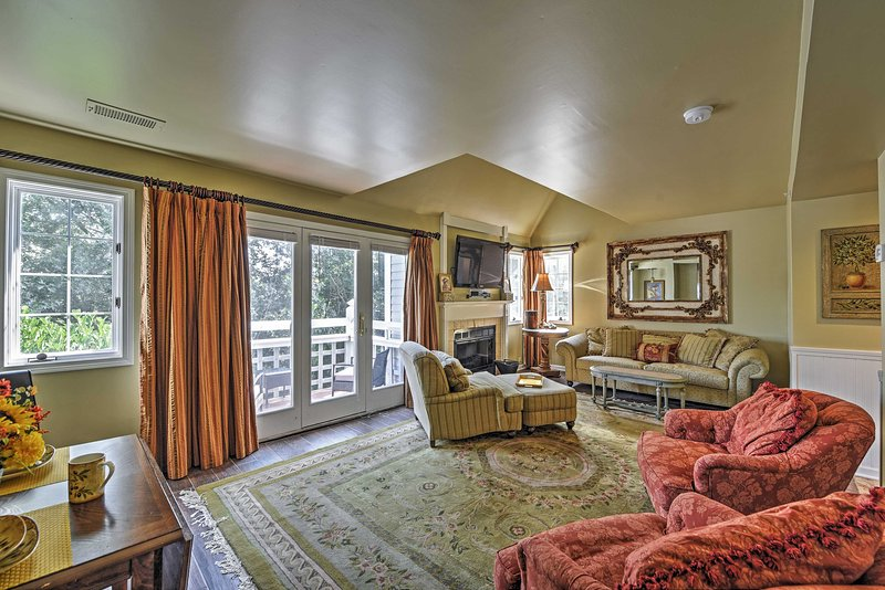 Pristine Tuscan Villa w/ Pool at Norwich Inn & Spa, location de vacances à Scotland