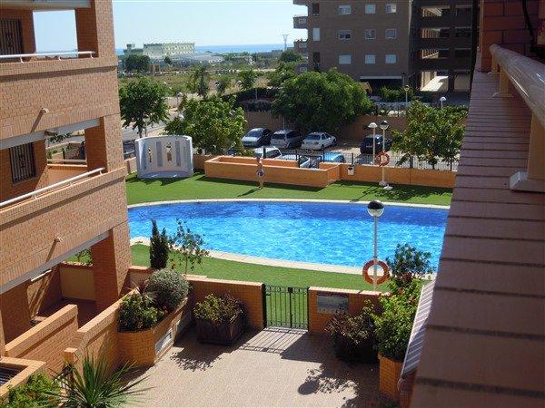 Fantástica piscina con césped artificial y vistas al mar