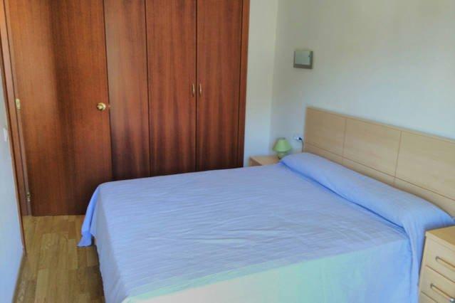 Dormitorio con armario empotrado grande, 2 mesitas, 2 sillas