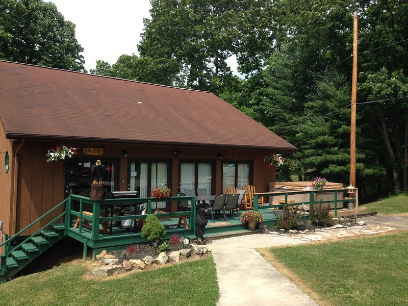 Charming Pines Lodge at Sand Run Lake in WNF, mins from Hocking Hills Ohio, casa vacanza a Glouster