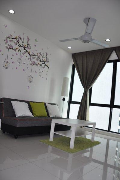 Séjour avec un canapé-lit et de la nature mural décoratif