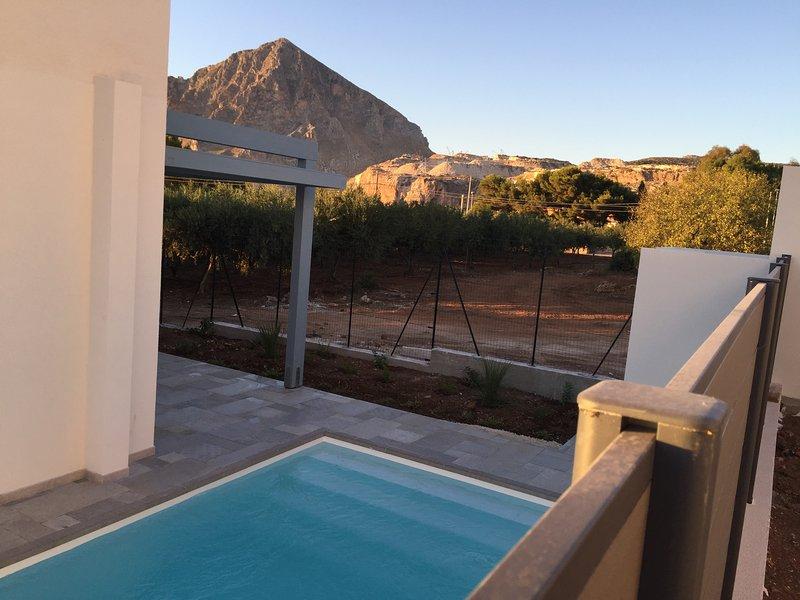 o panorama que pode ser admirada a partir da piscina varia de capa montante para Erice com pôr do sol sobre o mar ..