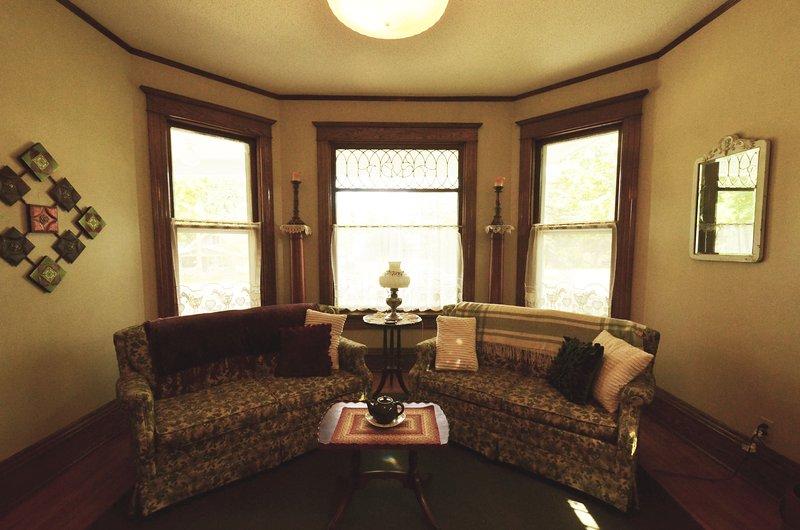 The Living Room beschikt over 9 'plafonds, schuine-glas in lood en prachtige hardhouten overal.