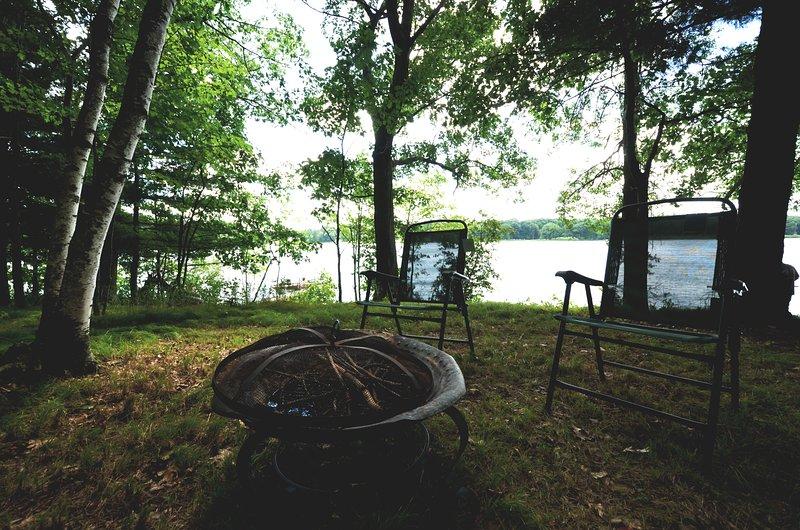 93 'van de particuliere oever van het meer. Geniet van een oever van het vreugdevuur als de loons serenade u.