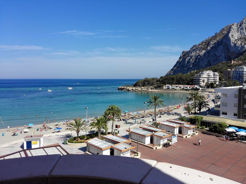 ZAFIRO 15B - Beachfront apartment with pool and sea views, holiday rental in Calpe