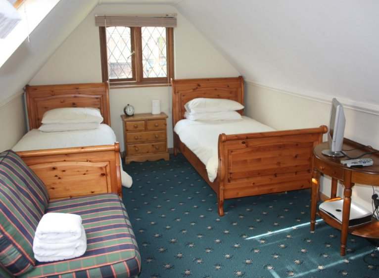 Alnwick Lodge rm 3 - twin bedroom, holiday rental in Ickenham