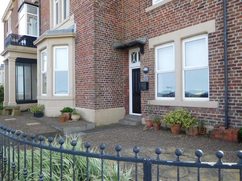 STUNNING BEACH FRONT 2 BED APARTMENT WITH VIEWS, holiday rental in Seaton Delaval