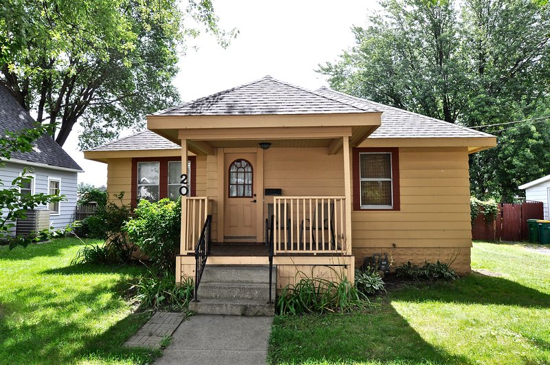Silver Lake House - 2 bedroom 1 bath; 2 miles from Mayo Clinic, casa vacanza a Eyota