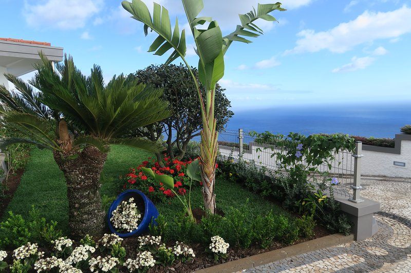 Superbe villa penthouse avec vue océan et piscine privée (licence 33536/AL), holiday rental in Canico