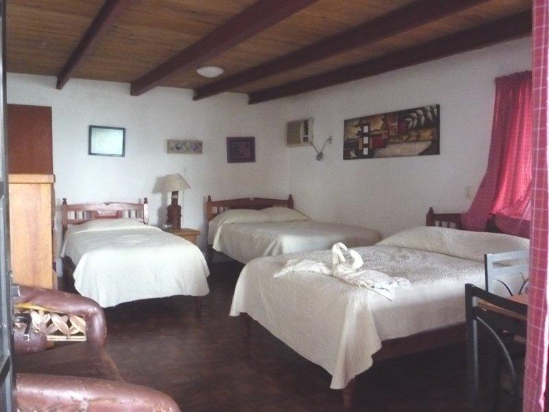 Chambre 2 lits doubles et 1 lit simple