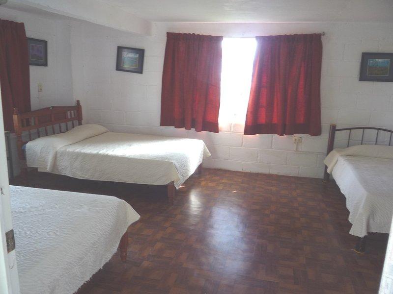 Chambre avec 2 lits doubles et 1 simple