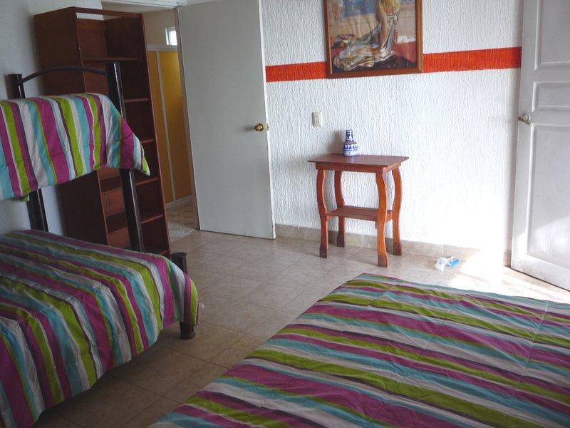2 chambres 2 Simple et 1 Double partageant chacune une salle de bains.