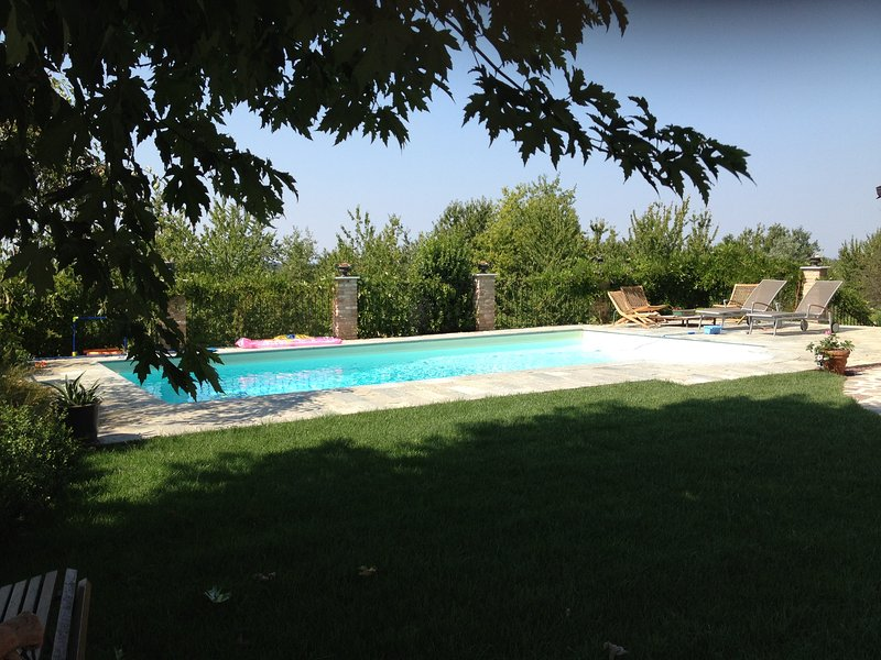 Pool and solarium to enjoy the view of the vineyards or relax with a good book
