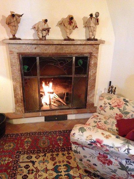 La chimenea de la sala es uno de los lugares donde se puede relajar