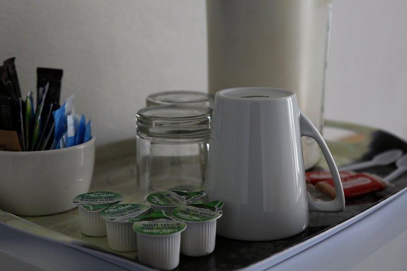 Chá e café no seu quarto e também um pequeno frigorífico.