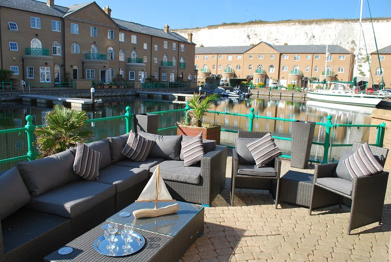 A Stylish Two Bedroom Apartment on The Waters Edge, location de vacances à Brighton and Hove