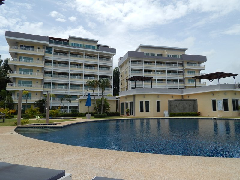 MaePhim Ocean Bay Luxury condo Rainbow type, holiday rental in Ban Laem Mae Phim