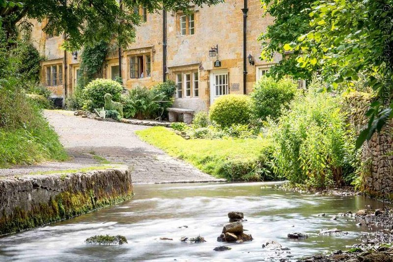 Brook Cottage is one of the most idyllically situated cottages in the Cotswolds, vacation rental in Blockley