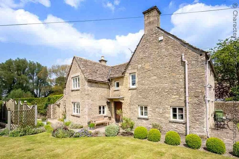 Manor Cottage is a quintessential Cotswold stone cottage in Poulton, holiday rental in Down Ampney