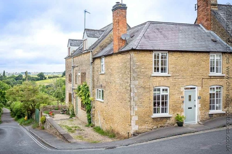 The Smithy is a beautiful Cotswold stone cottage, on the corner of a quaint road, holiday rental in Chipping Norton
