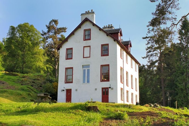 Bunrannoch House is a large, grade C listed Victorian hunting lodge, alquiler vacacional en Kinloch Rannoch