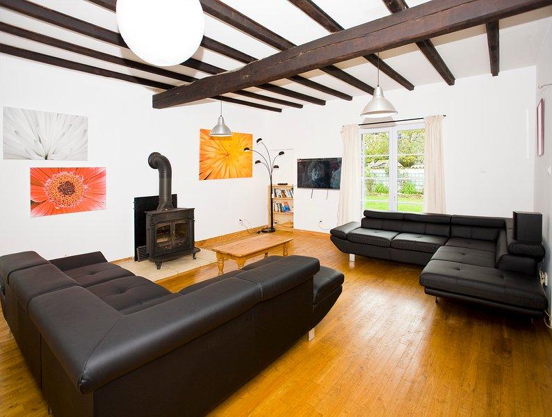 Piso Sala de estar con TV, WIFI, estufa de leña y acceso a jardín y patio