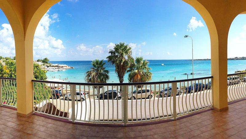 Vista panoramica dalla veranda della Villa da dove ammirare il cristallino mare di Fontane Bianche