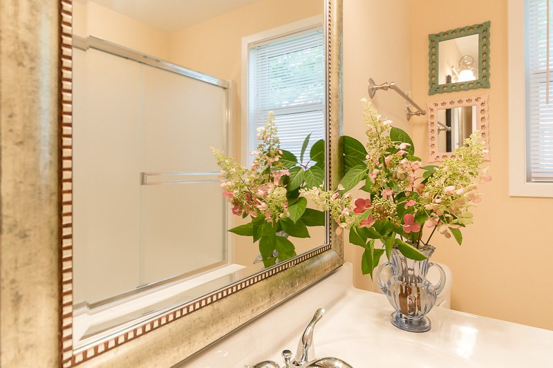 Beautiful and modern decor in second bathroom