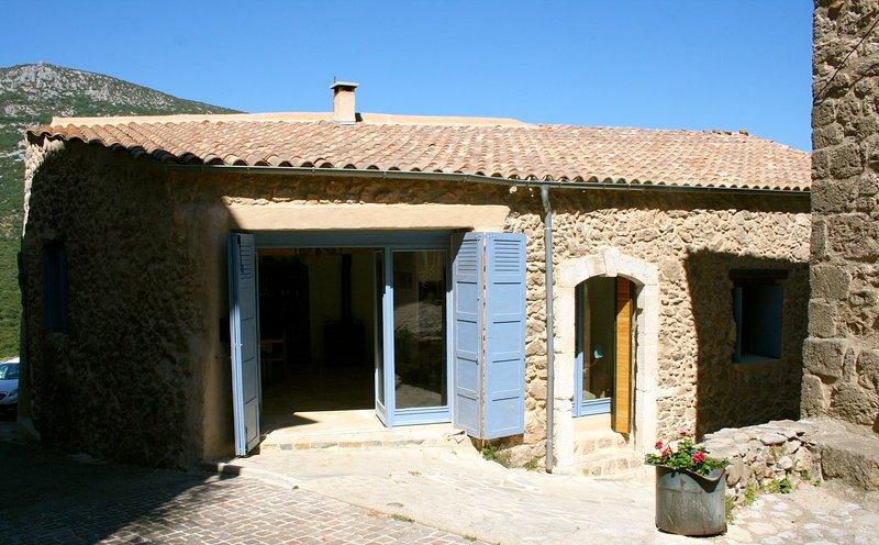 Maison de Village en pierre entièrement rénové, location de vacances à Saint-Guilhem-le-Desert